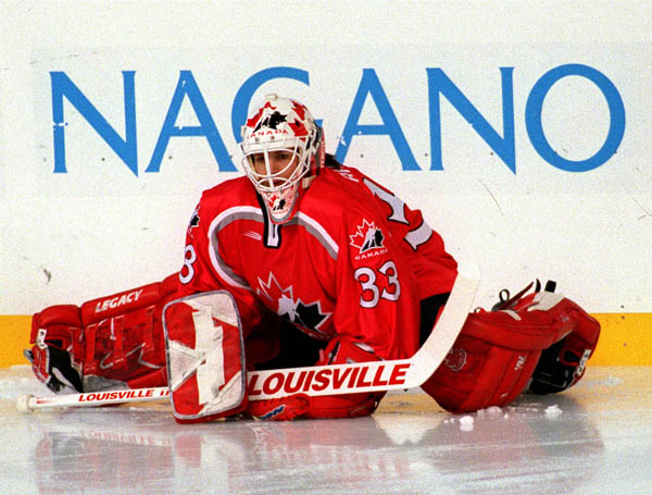 Canada's Manon Rheaume playing hockey at the 1998 Nagano Winter Olympics. (CP PHOTO/COA) Manon Rhéaume du Canada participe au hockey aux Jeux olympiques d'hiver de Nagano de 1998.  (PC Photo/AOC)
