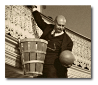 Wooden peach baskets served as the first goals in basketball. |Les paniers de peche en bois etaent le premier facon de ganger les points.