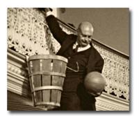 Wooden peach baskets served as the first goals in basketball. |Les paniers de peche en bois etaent le premier facon de ganger les points.