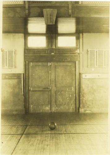 The Springfield YMCA, where basketball was invented, circa 1920.  Le YMCA de Springfield, Illinois, ou le basketball etait joue pour la premiere fois en 1920.