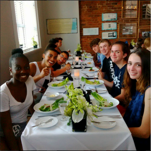Des élèves du YMCA Montréal et YMCA Bay of Islands (Terre-Neuve) partagent un repas pendant leur échange. | Some of our students from YMCA Montreal and YMCA Bay of Islands (Newfoundland) share a meal during their exchange.